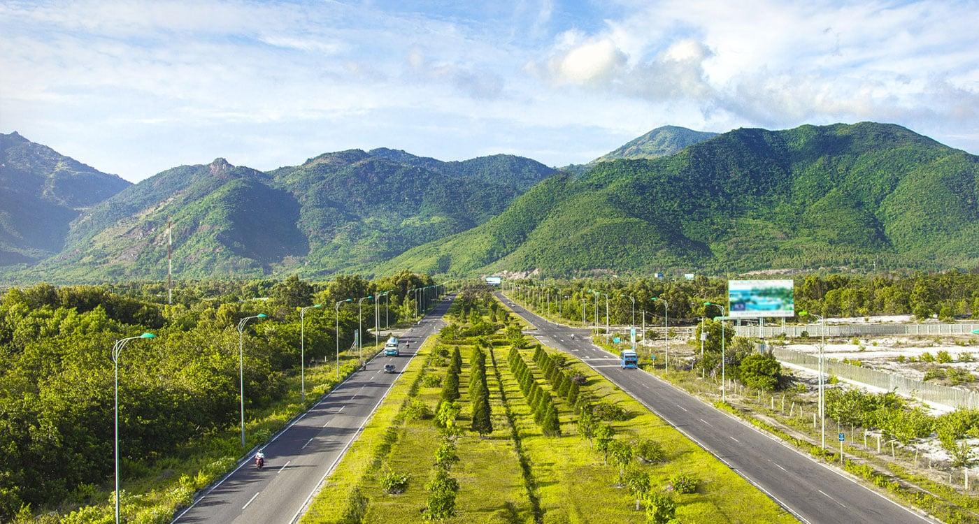 Trục đường Nguyễn Tất Thành rộng 100m với 8 làn xe, kết nối với nhiều đường xương cà xuống biển bãi dài