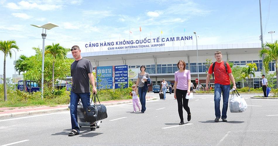 Sân bay quốc tê Cam Ranh cách Golden Bay 7 km